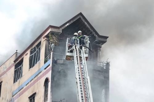 TPHCM: Khói lửa bao trùm tòa nhà 5 tầng gần chợ Kim Biên - 1