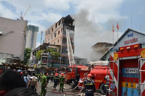 TPHCM: Khói lửa bao trùm tòa nhà 5 tầng gần chợ Kim Biên - 5