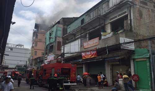 TPHCM: Khói lửa bao trùm tòa nhà 5 tầng gần chợ Kim Biên - 7