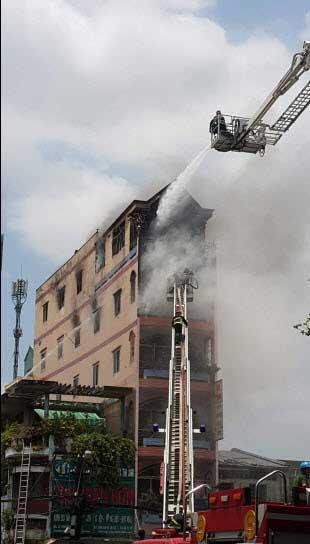 TPHCM: Khói lửa bao trùm tòa nhà 5 tầng gần chợ Kim Biên - 2
