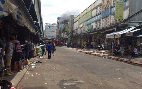 TPHCM: Khói lửa bao trùm tòa nhà 5 tầng gần chợ Kim Biên - 8