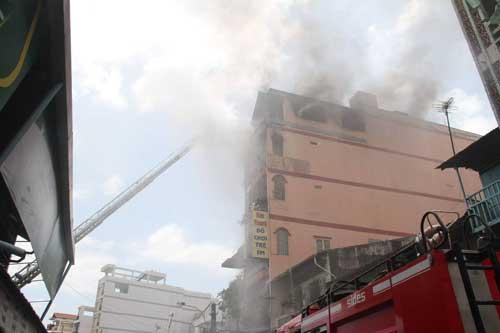 TPHCM: Khói lửa bao trùm tòa nhà 5 tầng gần chợ Kim Biên - 6