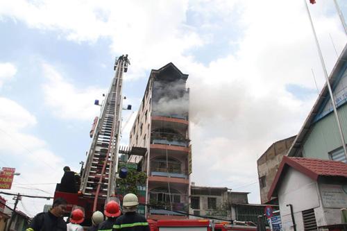 TPHCM: Khói lửa bao trùm tòa nhà 5 tầng gần chợ Kim Biên - 4