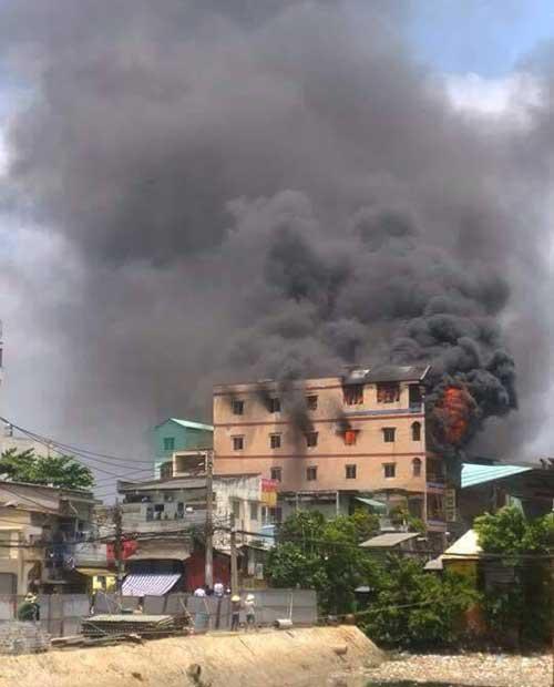 TPHCM: Khói lửa bao trùm tòa nhà 5 tầng gần chợ Kim Biên - 9