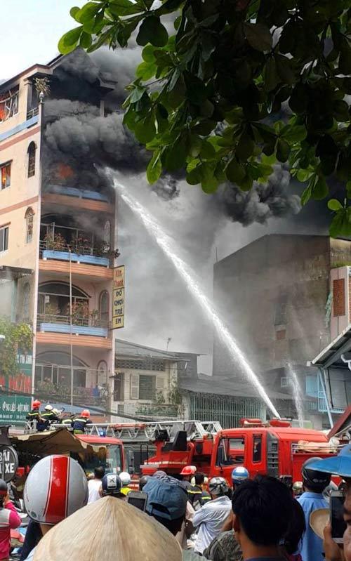 """Cháy sát chợ """"thần chết"""" ở SG: Hơn chục người lao ra từ biển lửa - 3"""