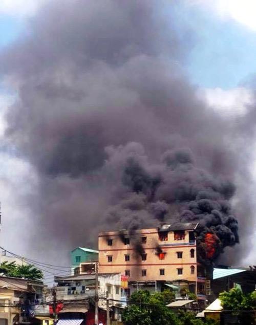 """Cháy sát chợ """"thần chết"""" ở SG: Hơn chục người lao ra từ biển lửa - 1"""
