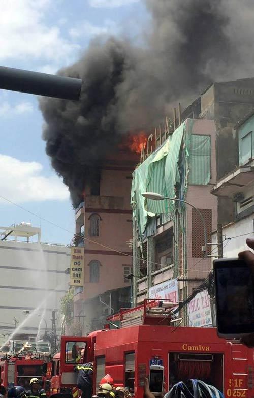 """Cháy sát chợ """"thần chết"""" ở SG: Hơn chục người lao ra từ biển lửa - 2"""