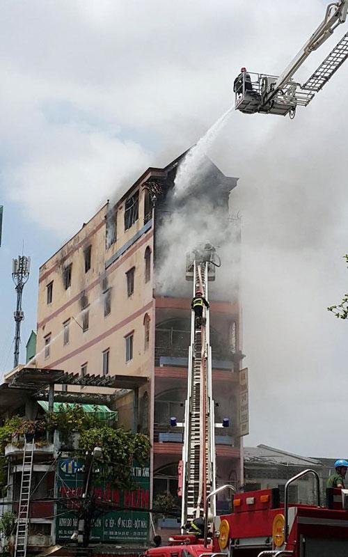 """Cháy sát chợ """"thần chết"""" ở SG: Hơn chục người lao ra từ biển lửa - 4"""