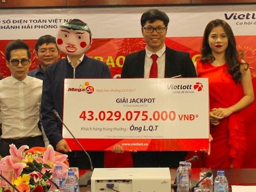 Xổ số Vietlott: Một người Hà Nội đeo mặt nạ chú tễu nhận 43 tỉ - 1