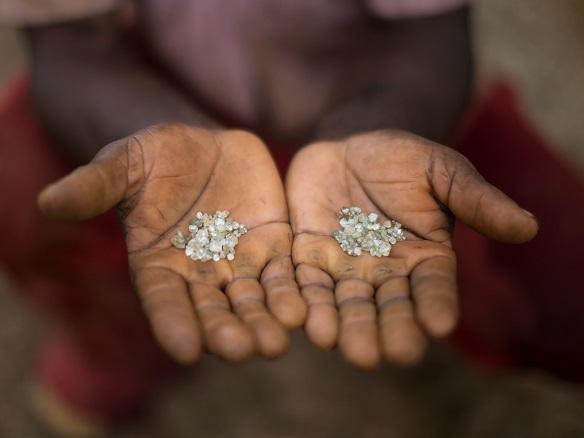 TQ: Thấy đi rón rén, khám giày ra 1.000 viên kim cương - 3