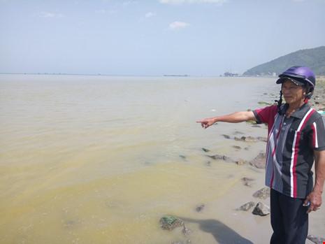 Xuất hiện dải nước màu vàng gây ngứa tại cảng Chân Mây - 1
