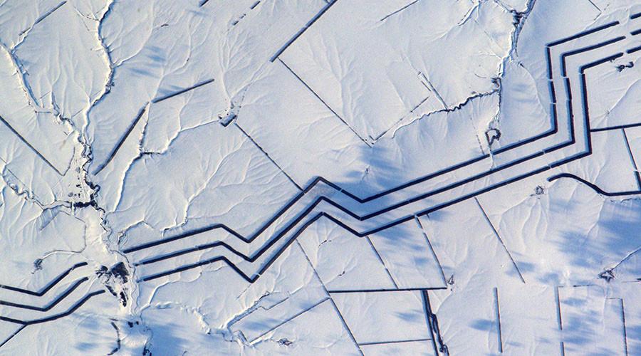 Họa tiết bí ẩn dài dằng dặc trên cánh đồng tuyết ở Nga - 1
