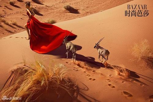 """Lý Băng Băng """"chơi trội"""" diện đầm dạ hội giữa sa mạc - 2"""