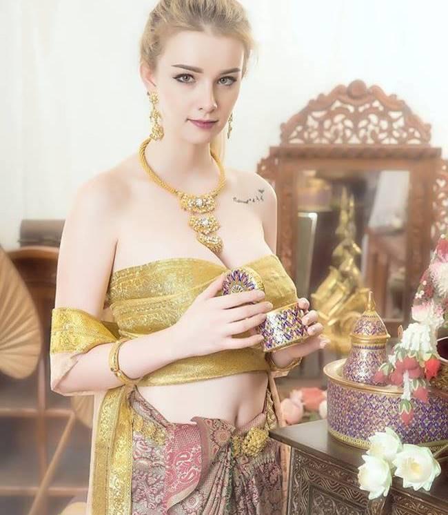 Cô được mệnh danh là  Nữ thần thoát tục ,  cô gái xinh đẹp nhất mạng xã hội ,  cô gái xinh đẹp trong truyền thuyết  của Thái Lan. Hiện cô & nbsp;đang là người mẫu tự do.