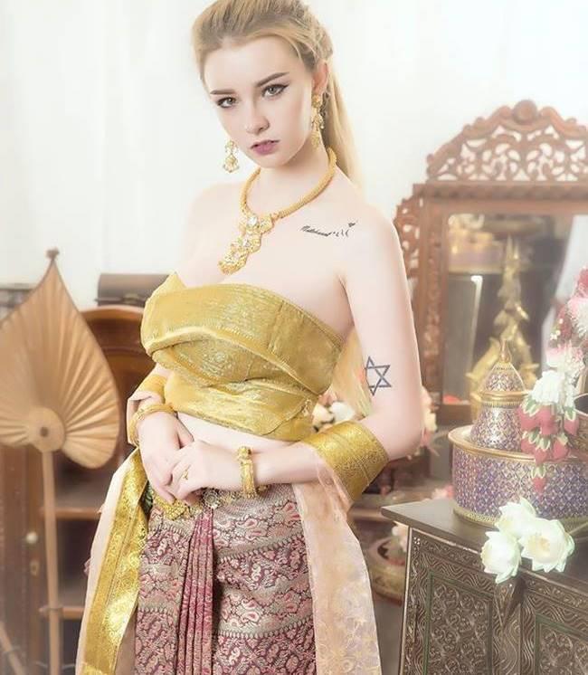 Để đánh dấu việc bước sang tuổi 18, & nbsp;Jessie Vard quyết định thực hiện một bộ ảnh cùng trang phục truyền thống của đất nước Chùa Vàng.