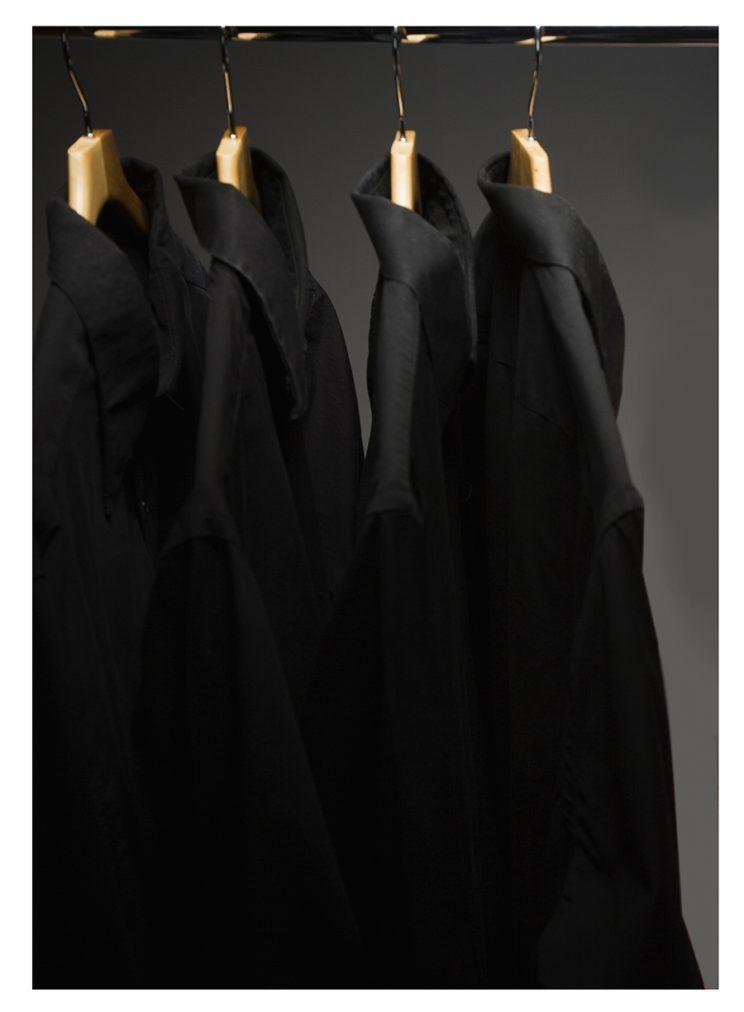 Kinh ngạc mỹ nhân chỉ có đúng 20 bộ quần áo màu đen - 2