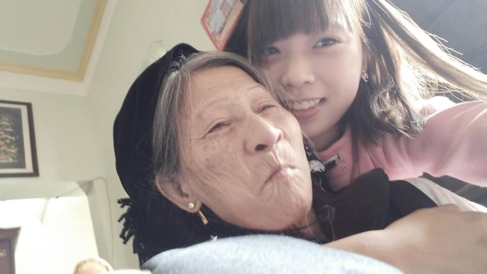 Xúc động bà 75 tuổi chăm cháu mồ côi học giỏi, xinh đẹp như hotgirl - 3