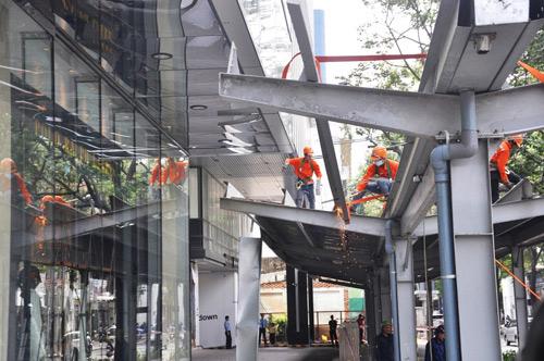 """Ông Hải quyết dỡ mái che """"khủng"""" của tòa nhà Saigon Centre chiếm vỉa hè - 6"""