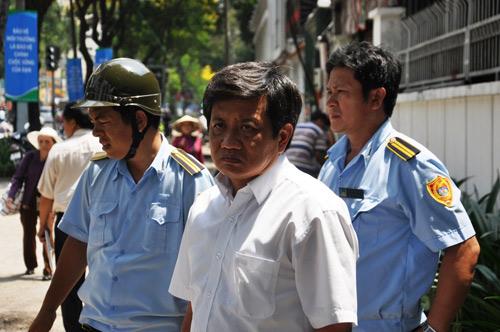 """Ông Hải quyết dỡ mái che """"khủng"""" của tòa nhà Saigon Centre chiếm vỉa hè - 1"""