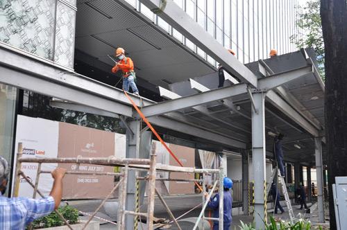 """Ông Hải quyết dỡ mái che """"khủng"""" của tòa nhà Saigon Centre chiếm vỉa hè - 5"""