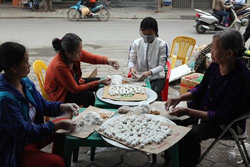 Dân Thủ đô xếp hàng mua bánh trôi, bánh chay ngày Tết Hàn Thực - 2