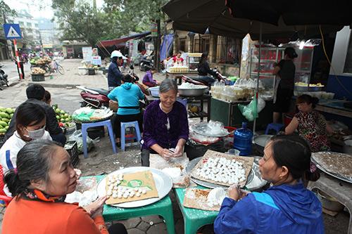 Dân Thủ đô xếp hàng mua bánh trôi, bánh chay ngày Tết Hàn Thực - 1