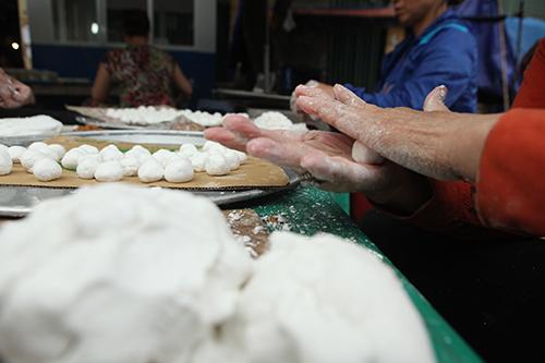 Dân Thủ đô xếp hàng mua bánh trôi, bánh chay ngày Tết Hàn Thực - 3