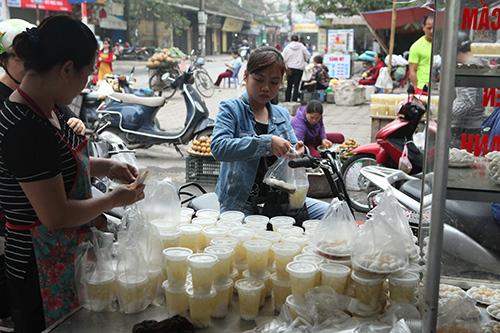 Dân Thủ đô xếp hàng mua bánh trôi, bánh chay ngày Tết Hàn Thực - 6