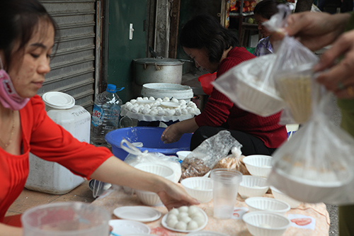 Dân Thủ đô xếp hàng mua bánh trôi, bánh chay ngày Tết Hàn Thực - 12