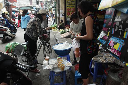 Dân Thủ đô xếp hàng mua bánh trôi, bánh chay ngày Tết Hàn Thực - 13
