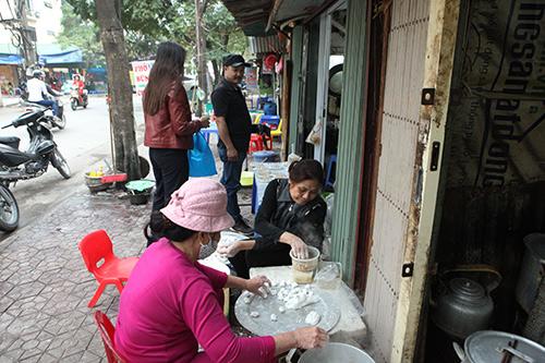 Dân Thủ đô xếp hàng mua bánh trôi, bánh chay ngày Tết Hàn Thực - 11