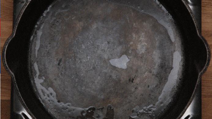 Mẹo vặt thần kỳ biến chảo cáu bẩn sạch bong như mới - 4