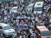 """Tin tức trong ngày - Ngàn người """"chôn chân"""" từ chiều đến tối tại công trình """"giải cứu"""" kẹt xe ở SG"""