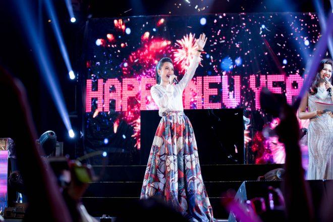 Angela Phương Trinh bất ngờ diện trang phủ phục kín đáo đấyn năm mới tại Đà Nẵng - 3