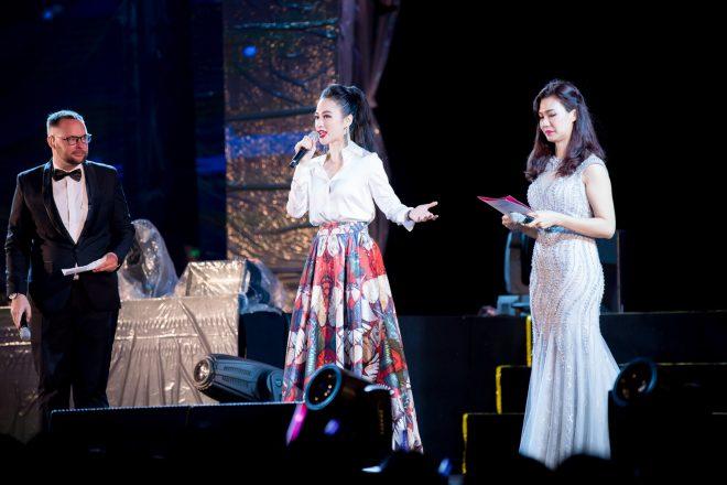 Angela Phương Trinh bất ngờ diện trang phủ phục kín đáo đấyn năm mới tại Đà Nẵng - 1