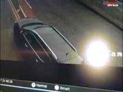 Khoảnh khắc siêu xe 3 tỷ húc bắn xe đang đỗ lên cao