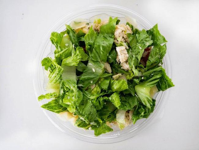 1. Rau xanh giàu vitamin và khoáng chất. Tuy nhiên, 1 số loại rau cuộn như rau cải bắp, rau xà lách,… dễ bị nhiễm bùn, bẩn và vi khuẩn có thể gây ảnh hưởng tới sức khỏe. Vì vậy, cần rửa các loại rau này đúng cách và nấu chín trước khi ăn.