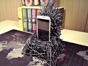 """Smartphone Samsung thể hiện ngôi vua với đế sạc  """" ngai sắt """"  Iron Throne"""