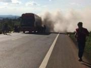 Xe khách đang chạy bỗng bốc cháy dữ dội