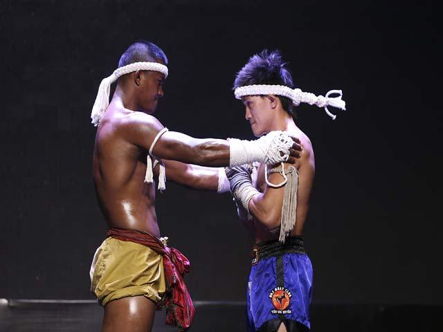 """""""Thánh Muay"""" Buakaw đấu 4 người, trao linh vật cho """"Độc cô"""" Duy Nhất"""