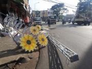 Công trình đèn hoa sập giữa đường, nhiều người may mắn thoát nạn