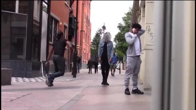 """Thanh niên hồn nhiên cướp """"gấu"""" giữa đường"""