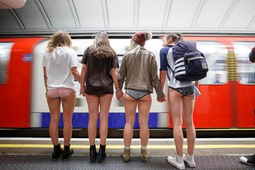 London: 4000 người mặc quần lót ra phố trong trời rét mướt - 1