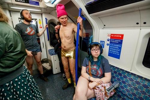 London: 4000 người mặc quần lót ra phố trong trời rét mướt - 4