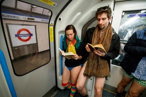 London: 4000 người mặc quần lót ra phố trong trời rét mướt - 8