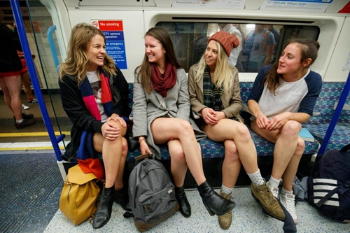 London: 4000 người mặc quần lót ra phố trong trời rét mướt - 9