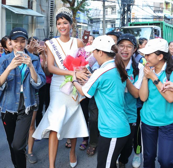 Hoa hậu H'Hen Niê đội vương miện về thăm trường cũ - 9