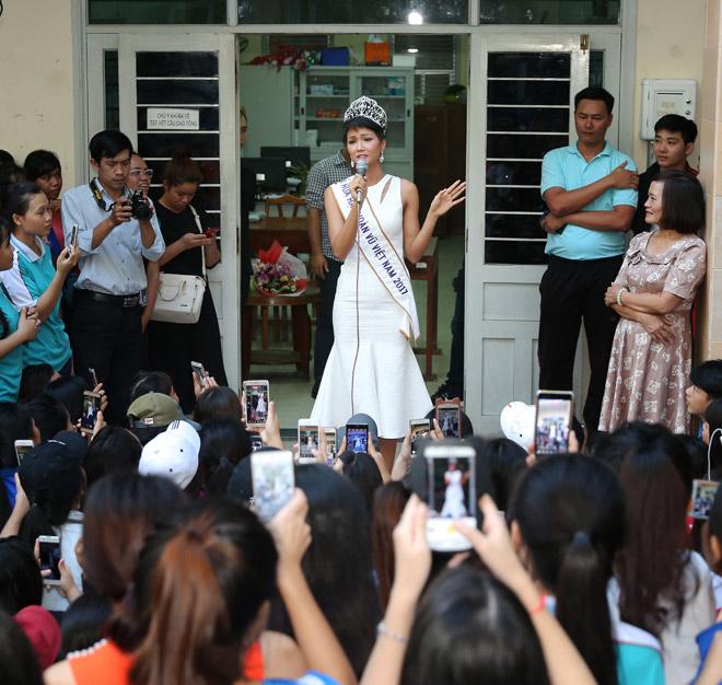 Hoa hậu H'Hen Niê đội vương miện về thăm trường cũ - 7