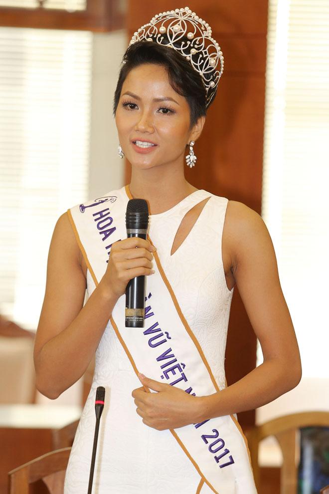 Hoa hậu H'Hen Niê đội vương miện về thăm trường cũ - 2