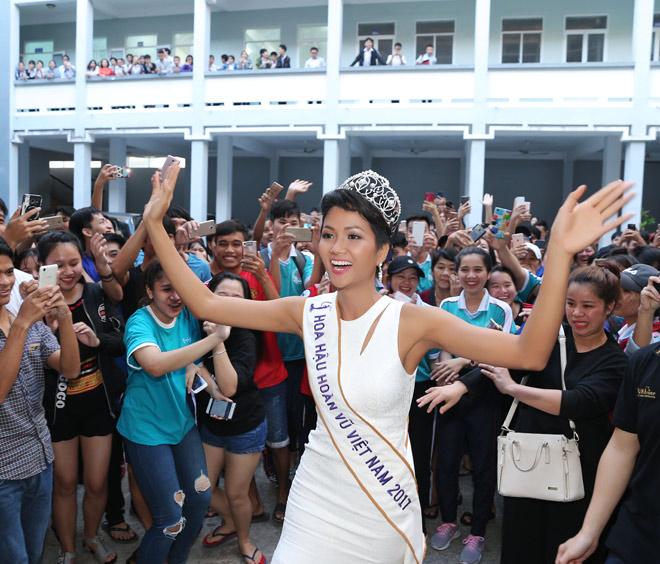 Hoa hậu H'Hen Niê đội vương miện về thăm trường cũ - 8